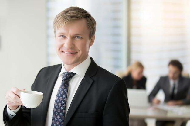 Jovem, sorrindo, homem negócios Foto gratuita