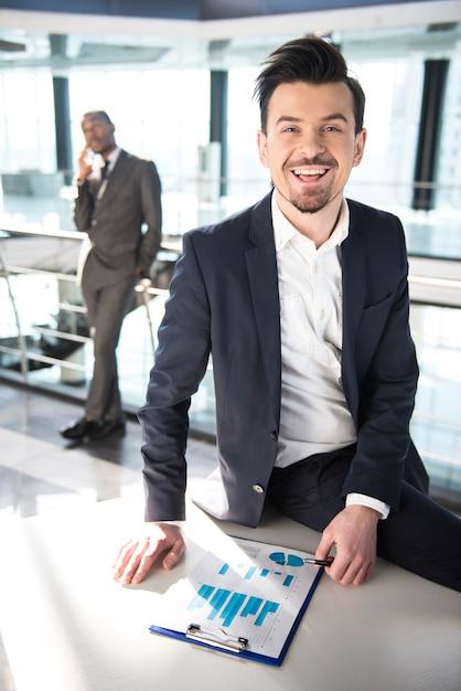 Jovem, sorrindo, homem, trabalhando Foto Premium