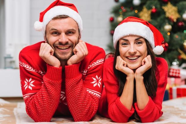 Jovem, sorrindo, par, perto, árvore natal Foto gratuita