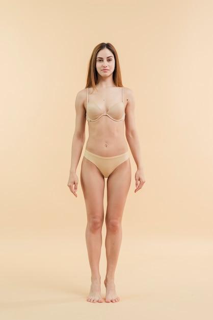 Jovem, sorrindo, ruivo, mulher, posar, em, underclothing Foto gratuita