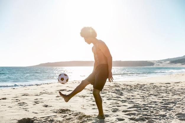 Jovem, sportsman, lançar, bola, ligado, seacoast Foto gratuita