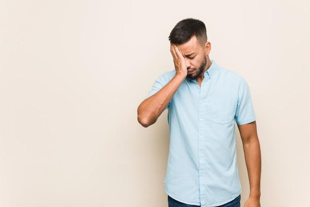 Jovem sul asiático esquecendo algo, batendo na testa com a palma da mão e fechando os olhos. Foto Premium