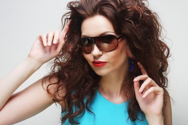 Jovem surpreendida mulher usando óculos escuros. Foto Premium