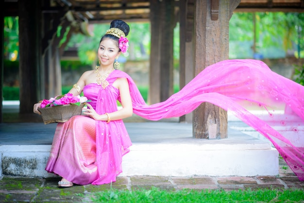 Jovem tailandês com estilo tradicional do norte vestido no antigo templo, chiang mai, tailândia Foto Premium