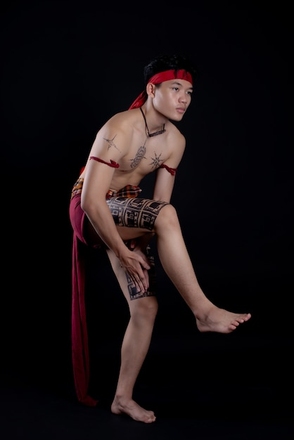 Jovem tailândia, fazendo uma dança tradicional Foto gratuita