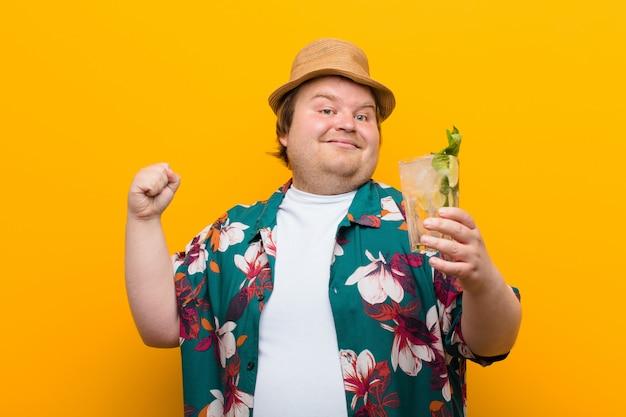 Jovem tamanho grande homem com uma parede plana de mojito bebida Foto Premium