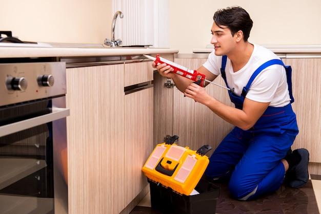 Jovem técnico trabalhando na cozinha Foto Premium