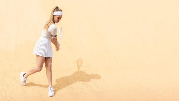 Jovem tenista batendo bola Foto gratuita