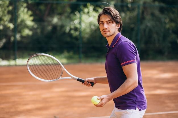 Jovem tenista na quadra Foto gratuita