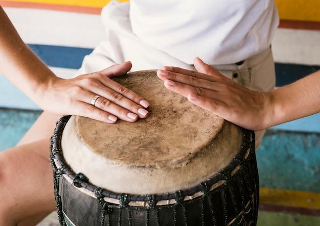 Jovem tocando tambor yuker Foto gratuita