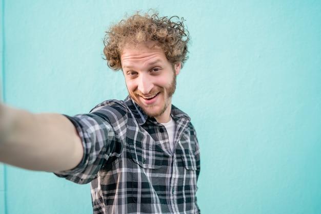 Jovem tomando uma selfie. Foto gratuita