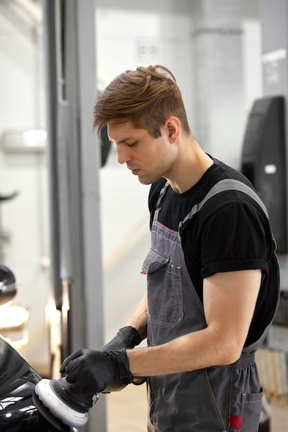 Jovem trabalhador caucasiano de serviço de carro profissional Foto Premium