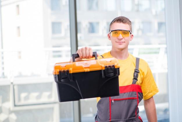 Jovem, trabalhador construção, em, amarela, coveralls Foto Premium