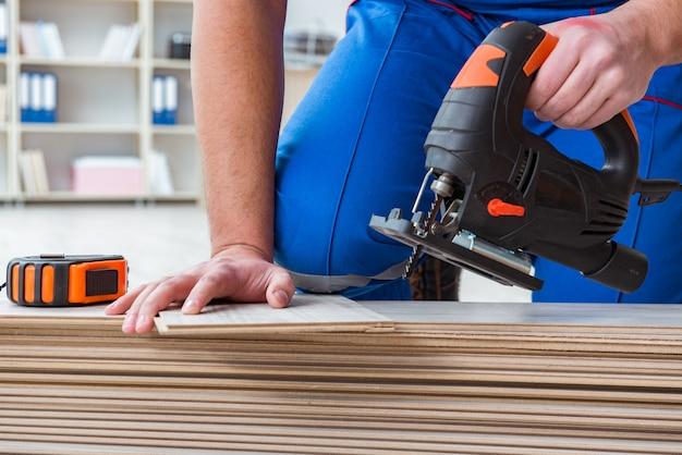 Jovem, trabalhador, trabalhando, chão, laminado, azulejos Foto Premium