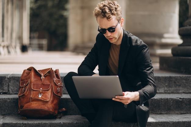 Jovem, trabalhando, computador, universidade Foto gratuita