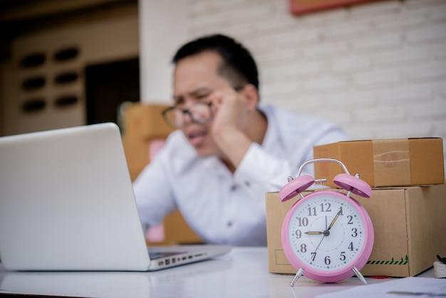Jovem, trabalhando, marketing, online, laptop, caixa, poste Foto gratuita
