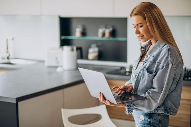 Jovem trabalhando no computador em casa Foto gratuita