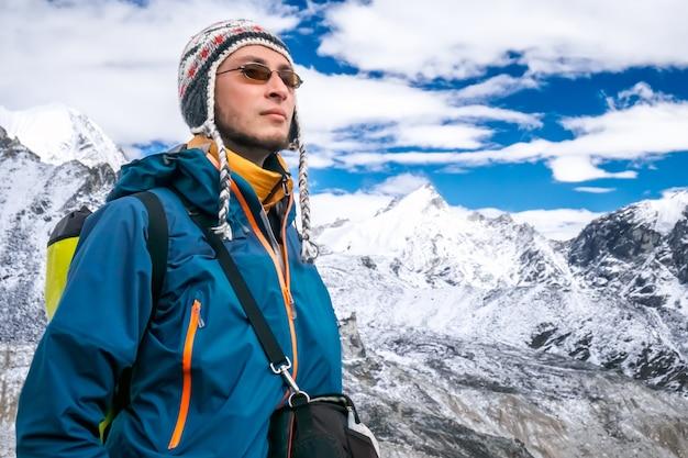 Jovem trekking Foto Premium