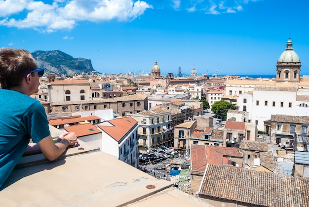 Jovem turista observa a cidade de palermo de cima Foto Premium