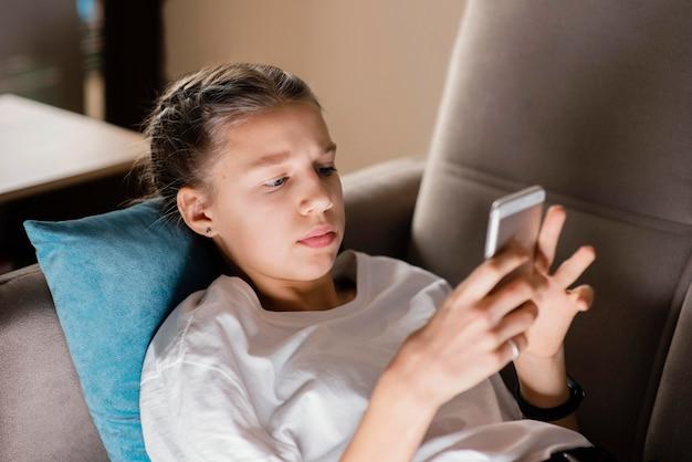 Jovem usando celular Foto gratuita