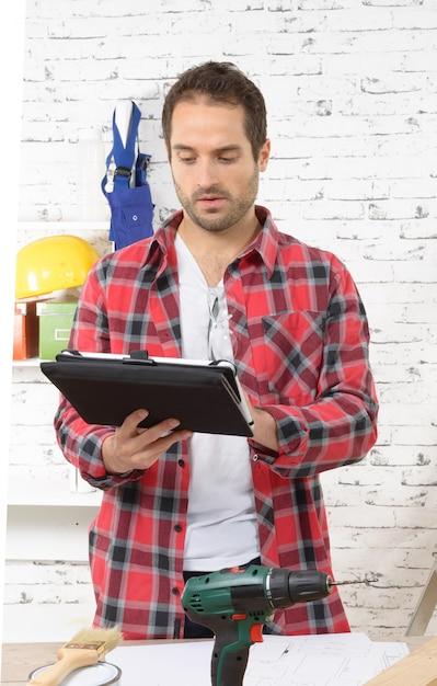 Jovem usando o tablet para diy Foto Premium