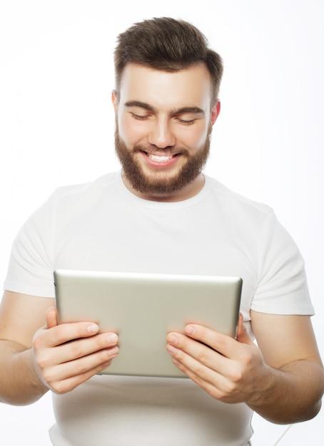 Jovem, usando um computador tablet Foto Premium