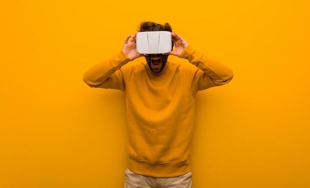 Jovem vestindo um óculos de realidade virtual Foto Premium