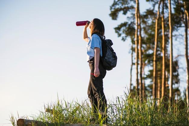Jovem, viajante, bebendo, de, thermos Foto gratuita