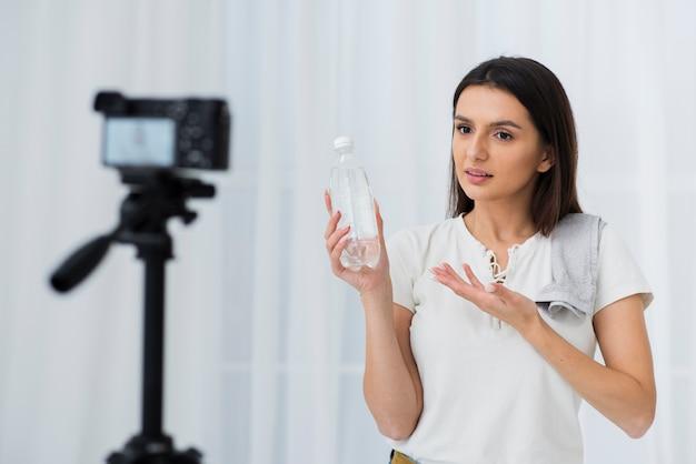 Jovem vlogger gravando em casa Foto gratuita