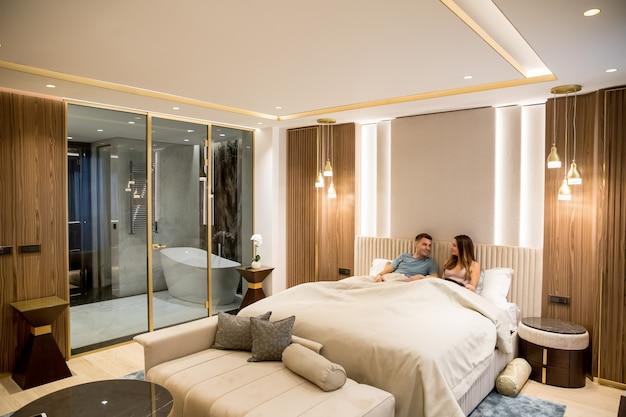 Jovens amantes relaxados no luxuoso apartamento à noite Foto Premium