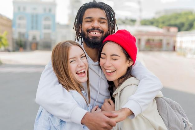 Jovens amigos abraçando Foto gratuita