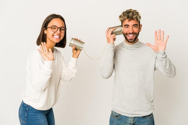Jovens amigos conversando com uma lata Foto Premium