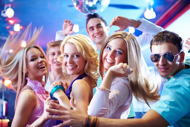 Jovens amigos dançando Foto gratuita
