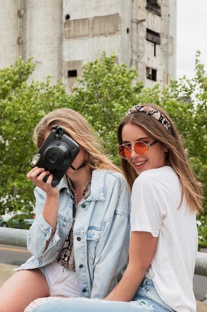 Jovens amigos de alto ângulo na cidade tirando fotos Foto gratuita