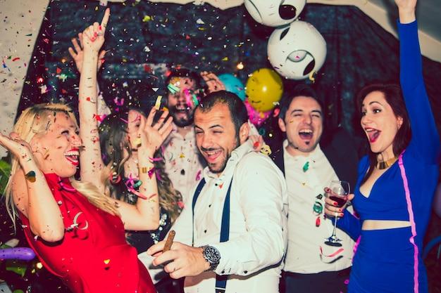 Jovens amigos se divertem na discoteca Foto gratuita