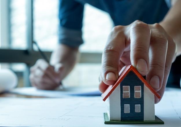 Jovens arquitetos estão elaborando um plano de casa Foto Premium