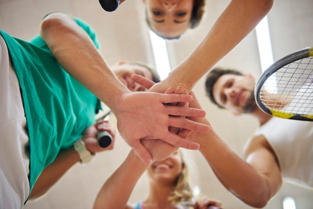 Jovens ativos jogando squash Foto gratuita