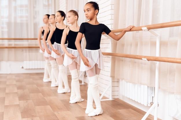 Jovens bailarinas ensaiando na aula de balé. Foto Premium