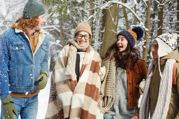 Jovens brincalhão na floresta de inverno Foto gratuita