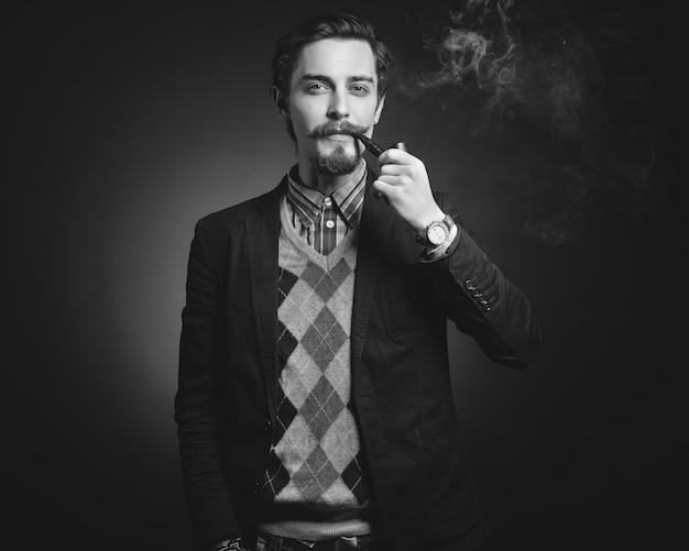 Jovens cavalheiros fumam cachimbo Foto gratuita