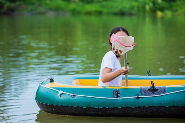 Jovens colecionam lixo no rio, conceito do dia nacional da juventude e dia mundial do meio ambiente. Foto gratuita