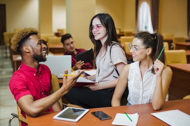 Jovens de conteúdos aproveitando o tempo juntos Foto gratuita