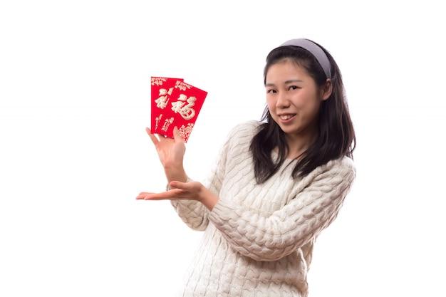 Jovens do sexo feminino envelope entalhe Foto gratuita