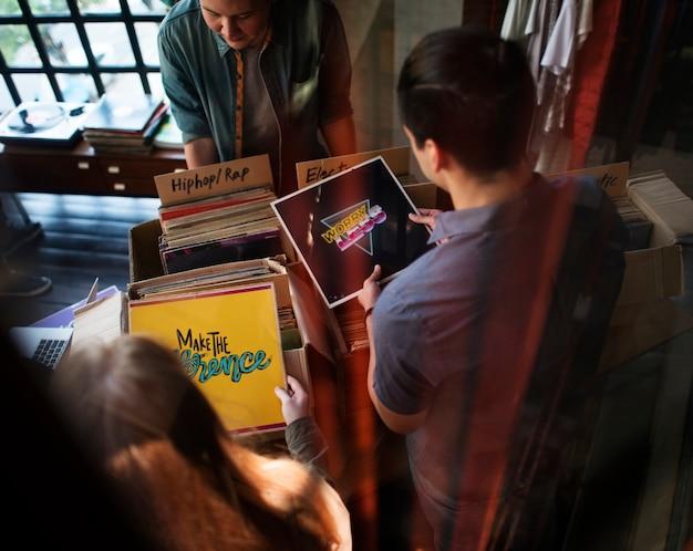 Jovens em uma loja de discos Foto Premium