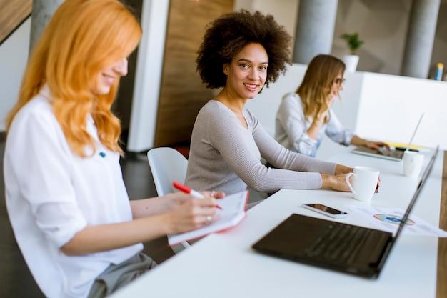Jovens empresárias trabalhando no escritório Foto Premium