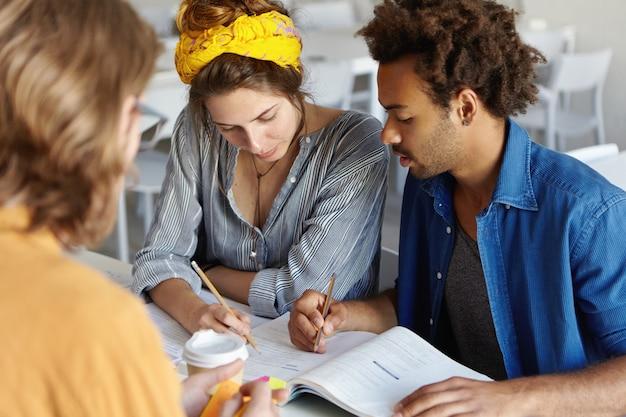 Jovens empresários ambiciosos estudando Foto gratuita