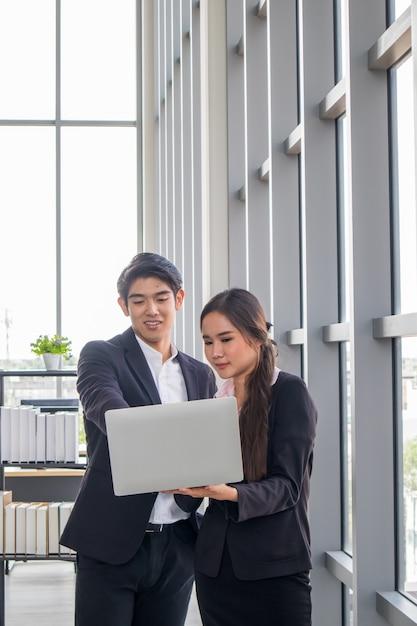 Jovens empresários asiáticos e mulheres de negócios consultam o trabalho juntos. Foto Premium