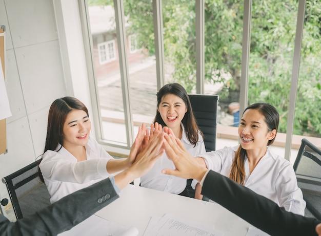 Jovens empresários comemoram o sucesso Foto Premium