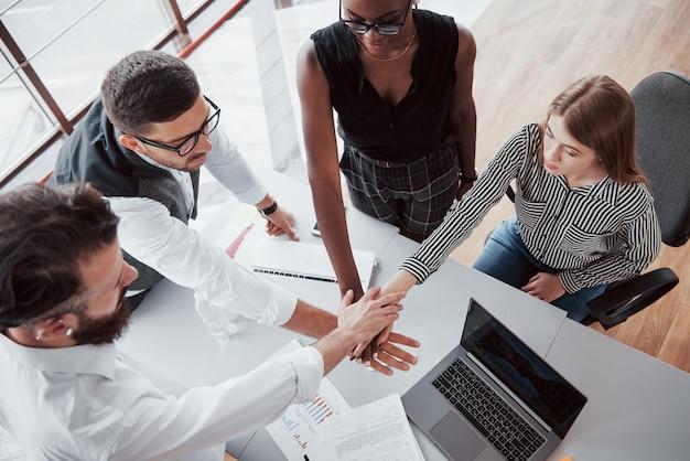 Jovens empresários estão discutindo novas idéias criativas juntos durante uma reunião no escritório Foto gratuita