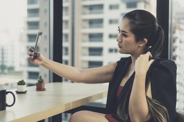 Jovens empresários estão usando smartphones para fazer negócios. Foto Premium